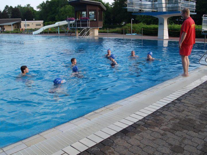 Wettkampfschwimmer werden zu Rettungsschwimmern ausgebildet