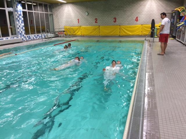 Das Trainerteam  der Schwimmabteilung erneuert Rettungsfähigkeit